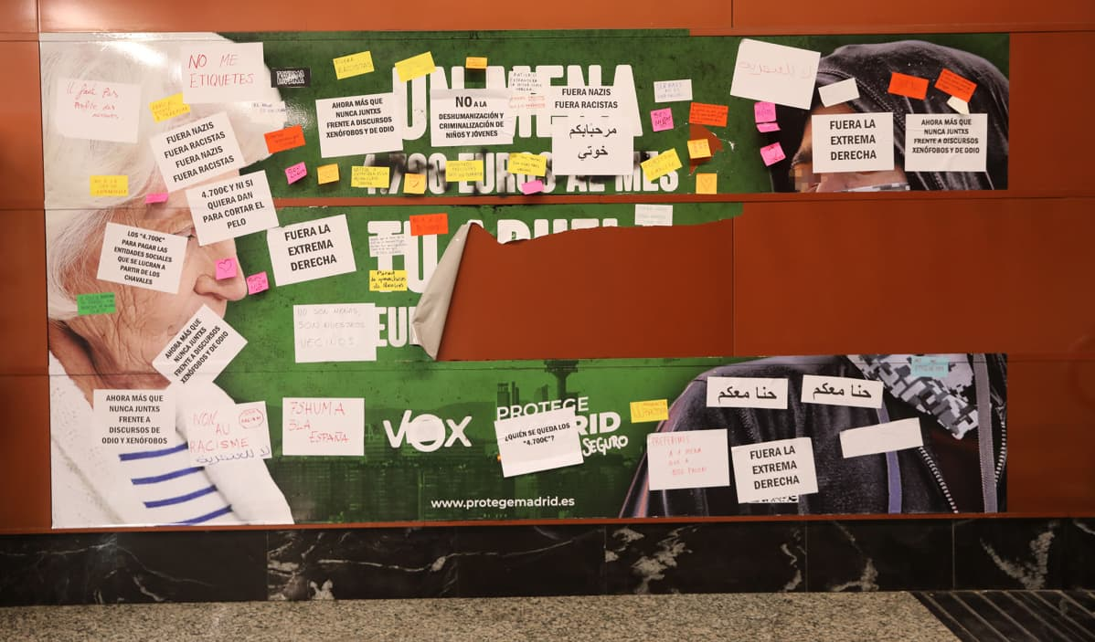Vox puolueen rasistinen vaalimainos Madridissa, Espanjassa.