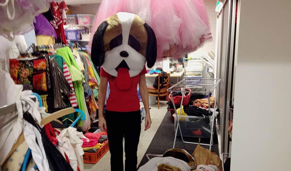 Minna Palokangas poseeraa koirapuku päällään.