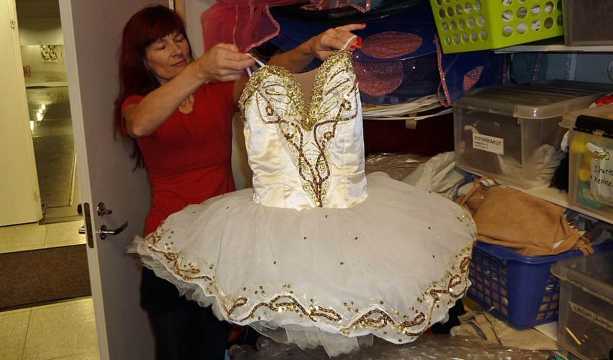Minna Palokangas näyttää balettipukua.