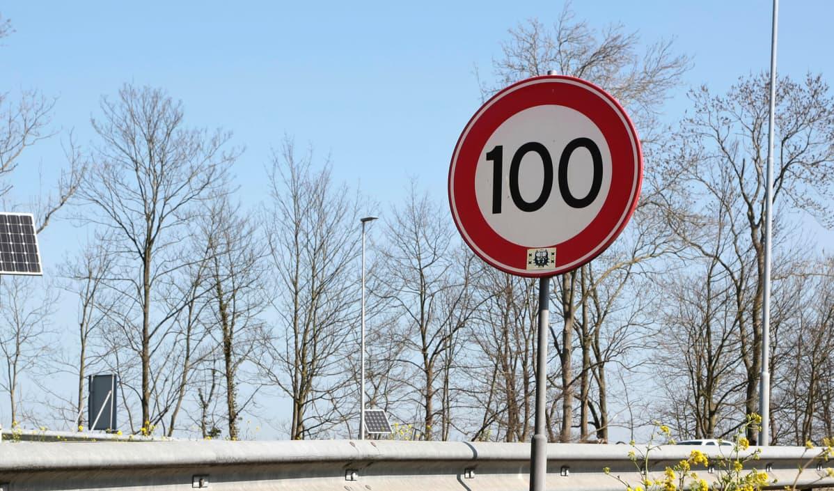 Nopeusrajoituskyltti Hollannissa.
