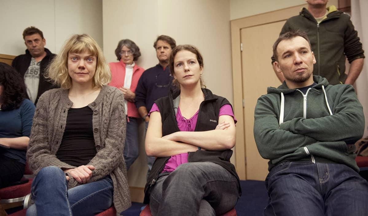 Sini Saarela (vas.) ja kaksi muuta Greenpeace-aktivistia Pietarissa 18. joulukuuta.