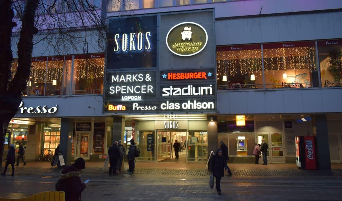 Tavaratalo Sokos on muuttunut reippain askelin kauppakeskukseksi.