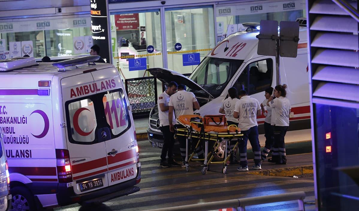 Ambulansseja Atatürk-lentokentän edustalla.
