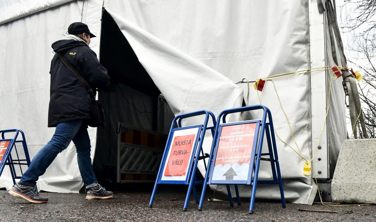 Laakson sairaalan koronaterveysaseman sisäänkäynti Helsingissä 14. huhtikuuta.