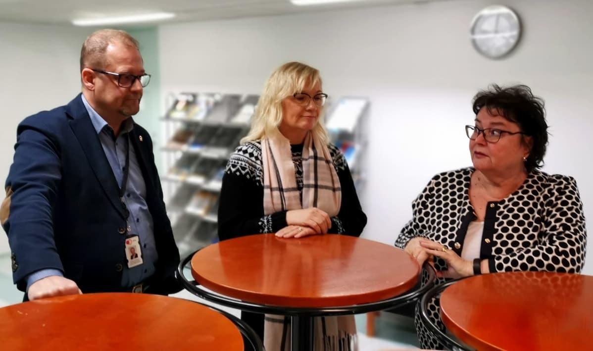 Julkisten ja hyvinvointialojen liitto JHL:n neuvottelupäällikkö Kristian Karrasch, puheenjohtaja Päivi Niemi-Laine sekä aluepäällikkö Maaret Laakso tapasivat torstaina Turussa.