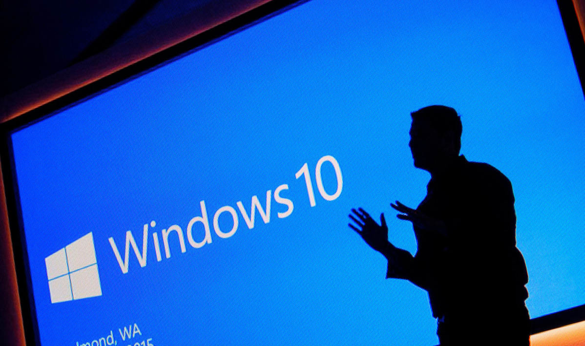 Windows 10 logo ja miehen silhuetti.