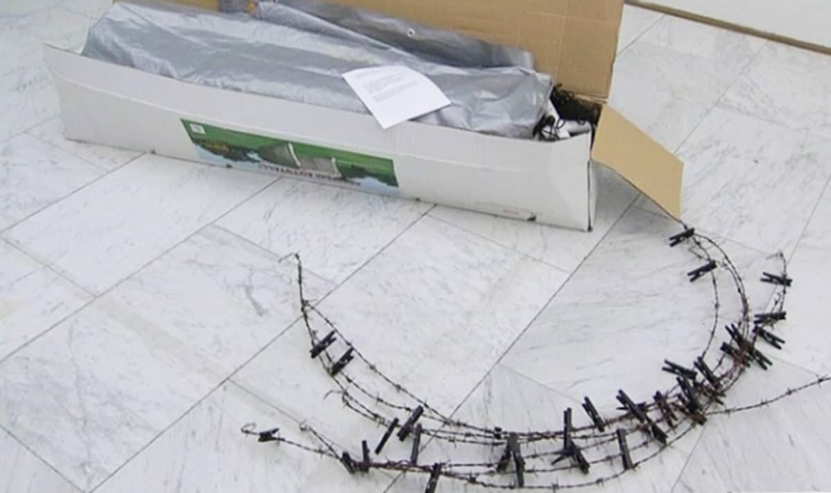 Poliisin takavarikoima Ulla Karttusen teos Neitsythuorakirkko Helsingin kaupungin Kluuvin galleriassa (nyk. HAM galleria) helmikuussa 2008.