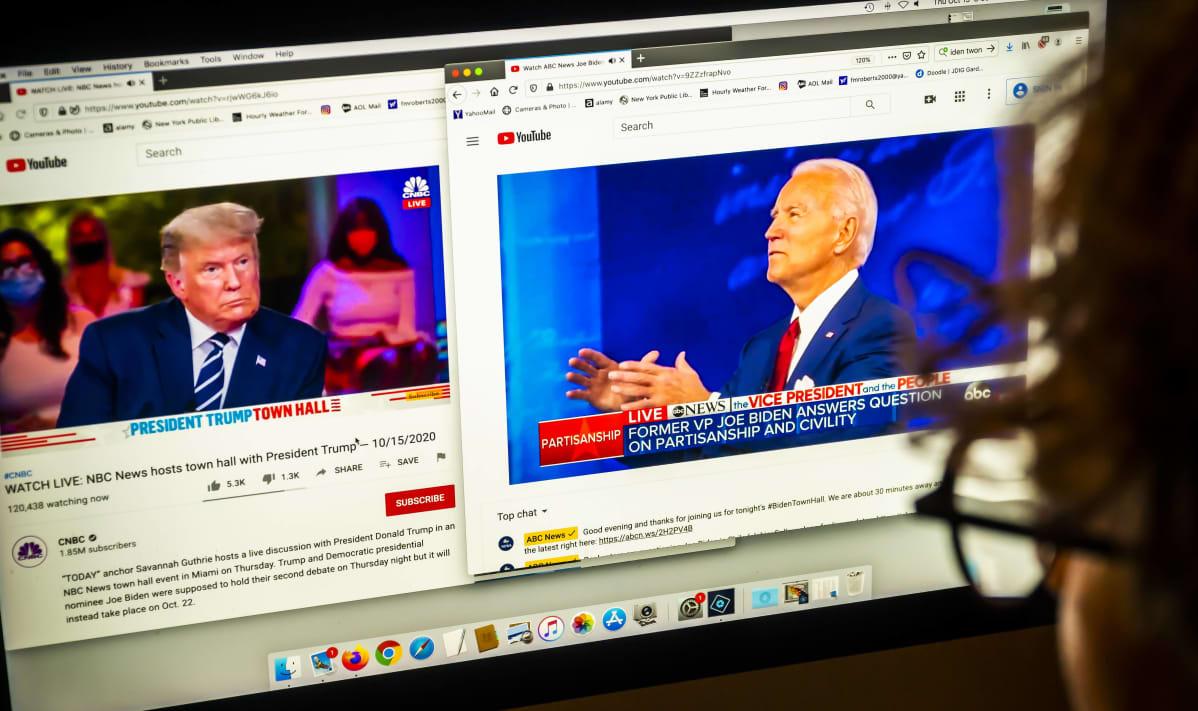 Tietokoneen näytöllä näkyy kaksi eri videota television samanaikaisista vaaliohjelmista. Toisessa on Donald Trump ja toisessa Joe Biden.
