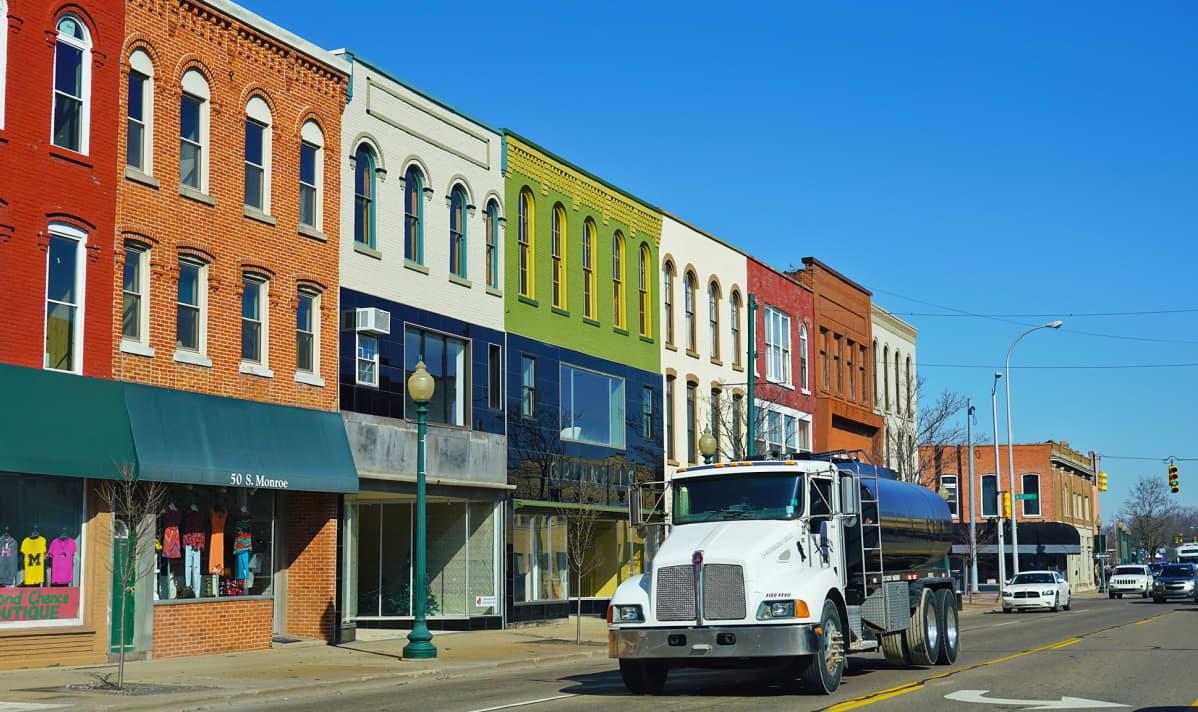 Monroen kaupunki Michiganin osavaltiossa. Kuvassa värikkäitä vanhoja taloja.