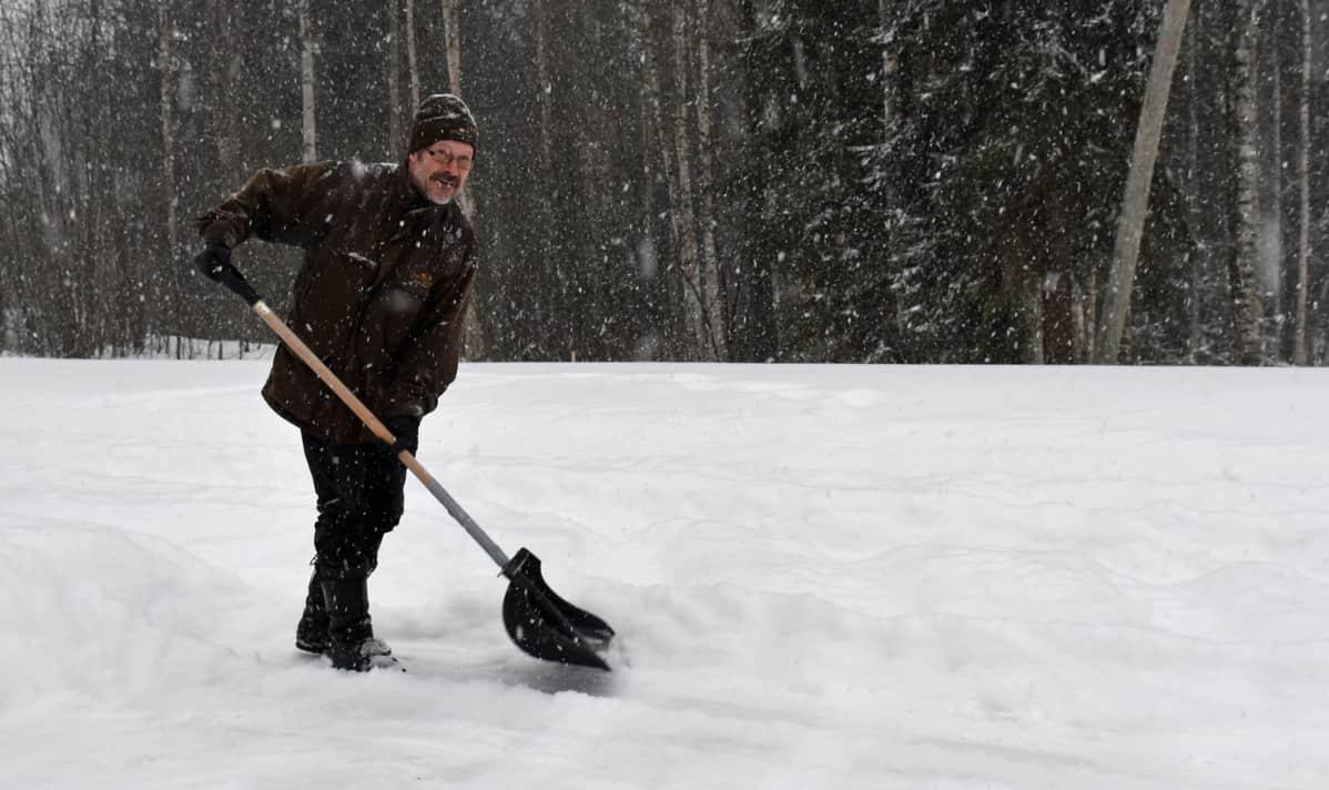 Taisto Kuoppala tekee lumitöitä.