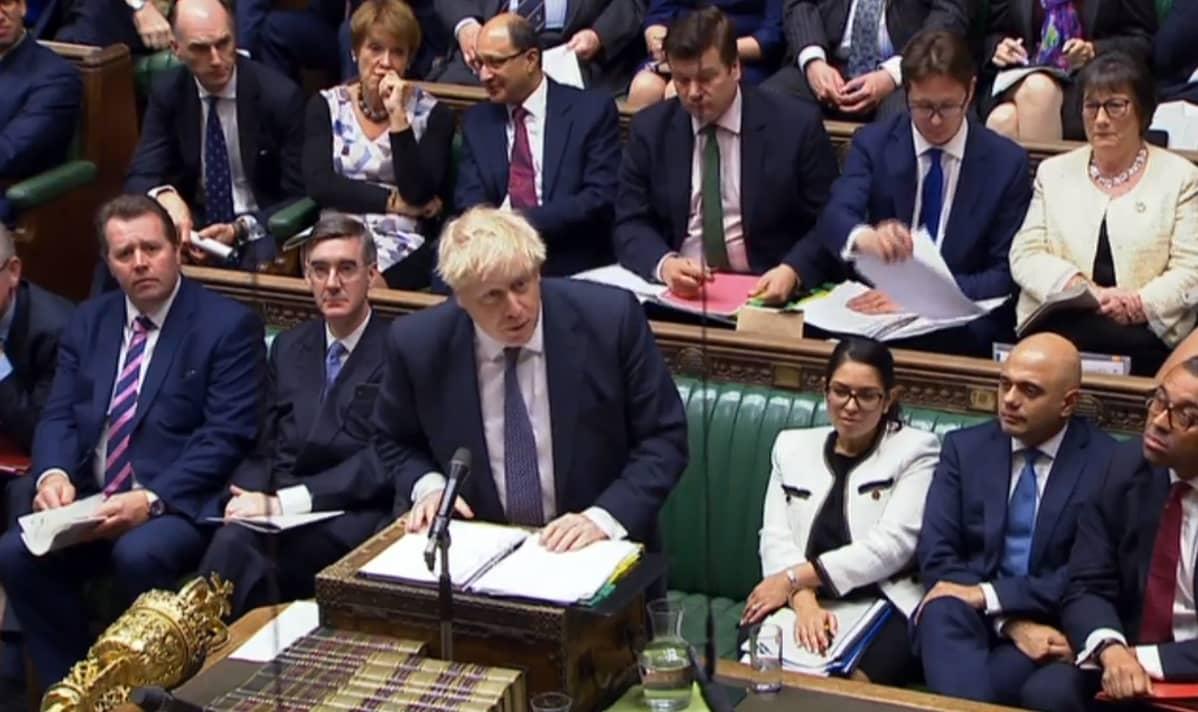 Boris Johnson puhuu parlamentin alahuoneessa.