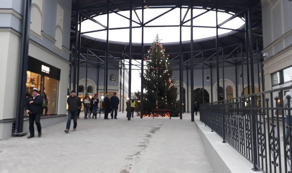 Joulukuusi vasta-avatun Zsar-ostoskylän aukiolla.