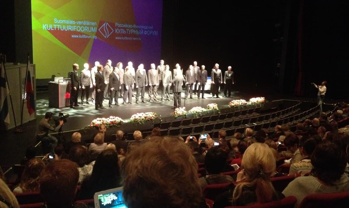 Oulun Kulttuurifoorumin avauksessa tunnelman vapautti Mieskuoro Huutajat.