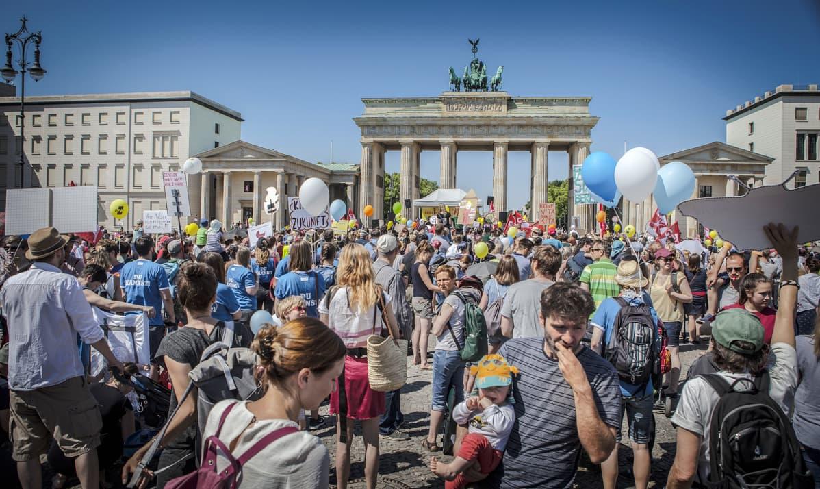 Arviolta kolmetuhatta ihmistä osallistui Berliinissä lauantaina mielenosoitukseen, jossa vaadittiin lisää päiväkotipaikkoja.