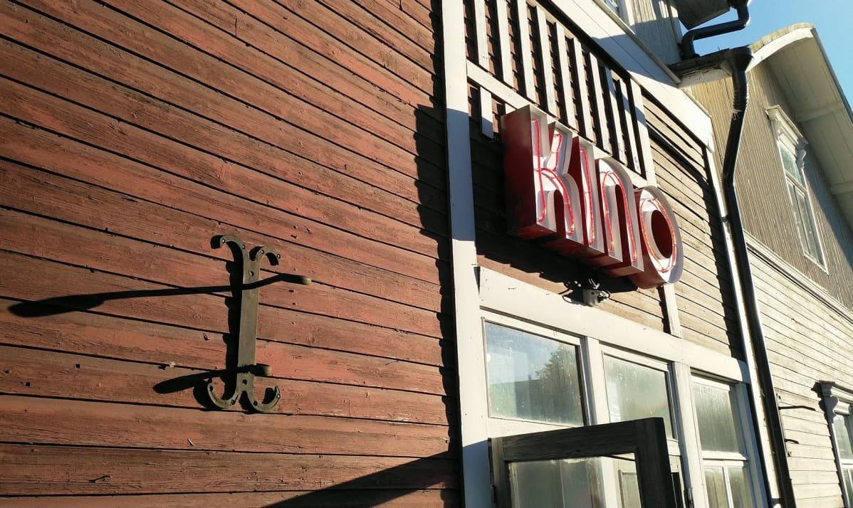 Työväentalon oven päälle on nostettu Kino-kyltti.