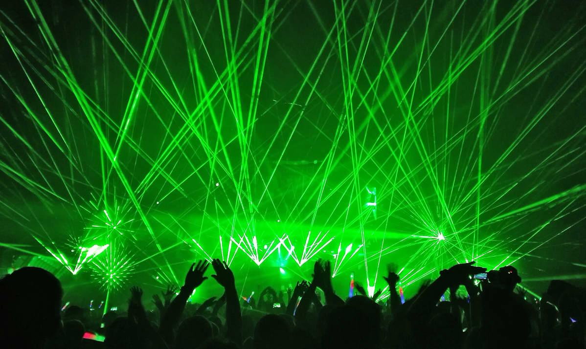 Valokuva näyttävästä Armin van Buurenin valo- ja lasershowsta.