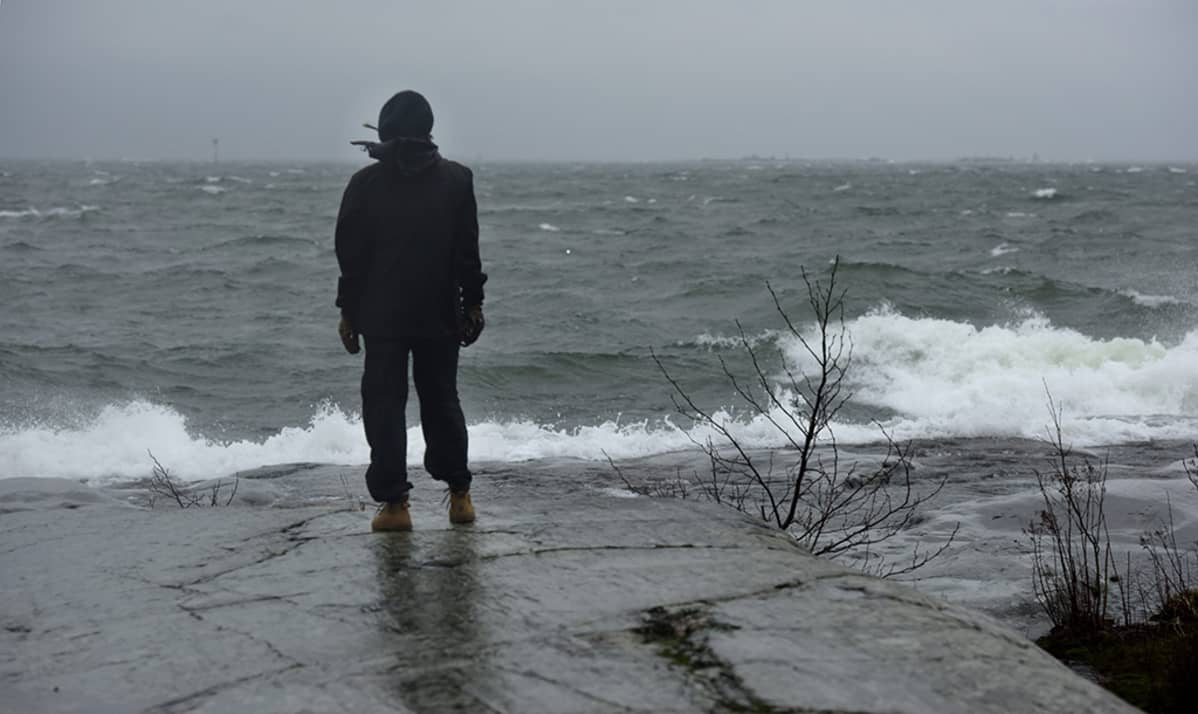 Henkilö rannassa.