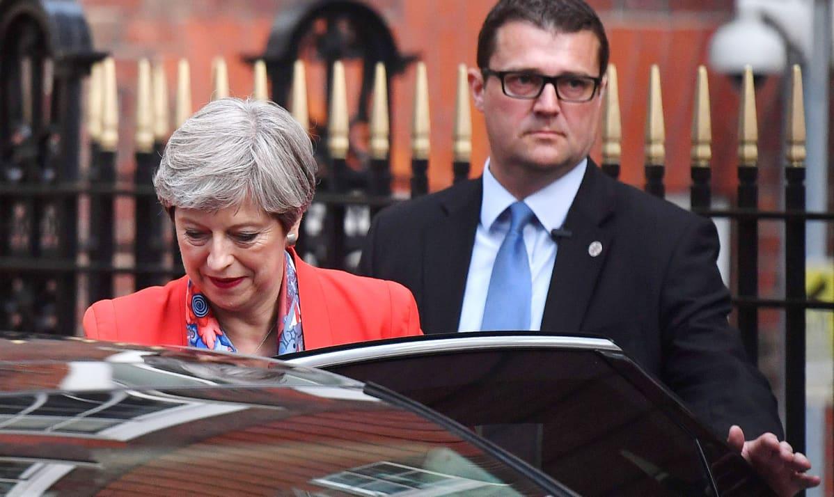 Theresa May lähdössä konservatiivipuolueen päämajasta Lontoossa perjantaina.