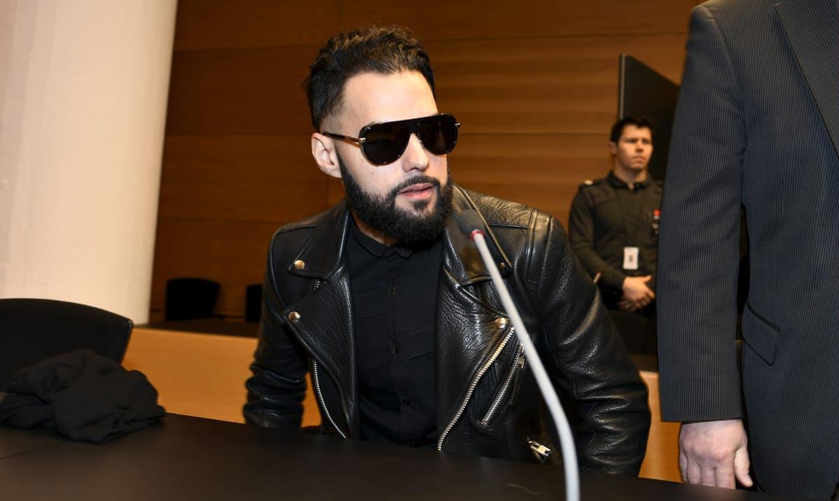 Salakatselusta syytetty tv-juontaja Axl Smith Helsingin käräjäoikeudessa 18. tammikuuta.
