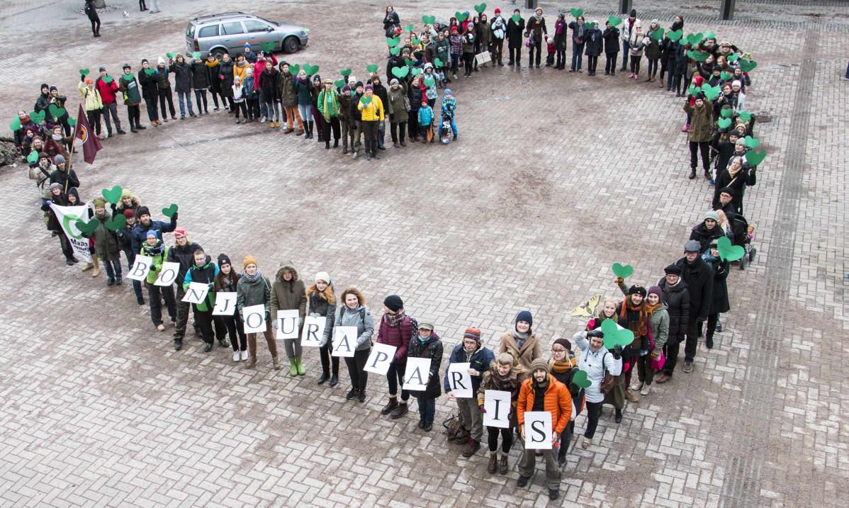 Jyväskylässä ilmastomarssille osallistuneet muodostivat ihmissydämen.