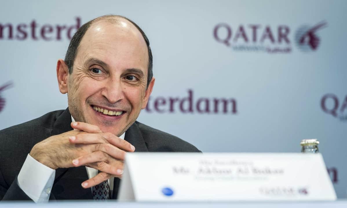 Kuvassa Qatar Airwaysin toimitusjohtaja Akbar Al Baker. Hän hymyilee ja pitää käsiään ristissä.