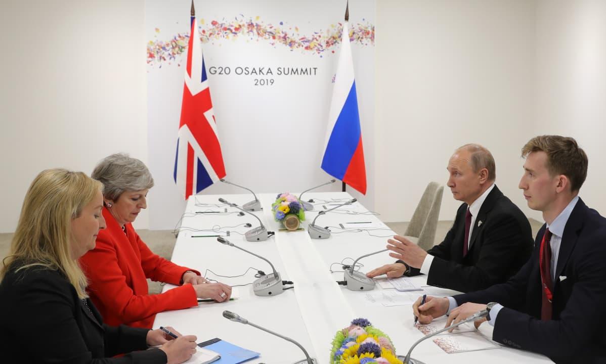 May ja Putin keskustelivat tulkkiensa välityksellä G20-maiden kokouksen yhteydessä Japanin Osakassa.
