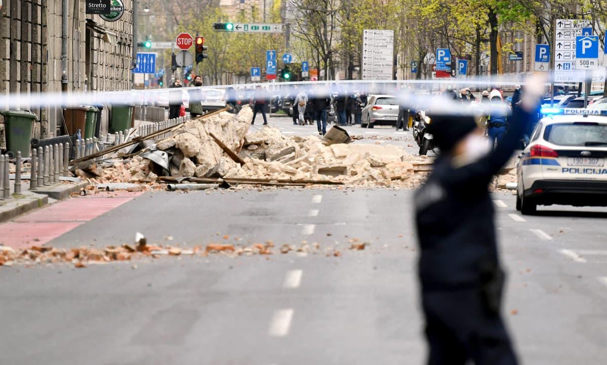 Maanjäristyksen vaurioittama rakennus Kroatian Zagrebissa.