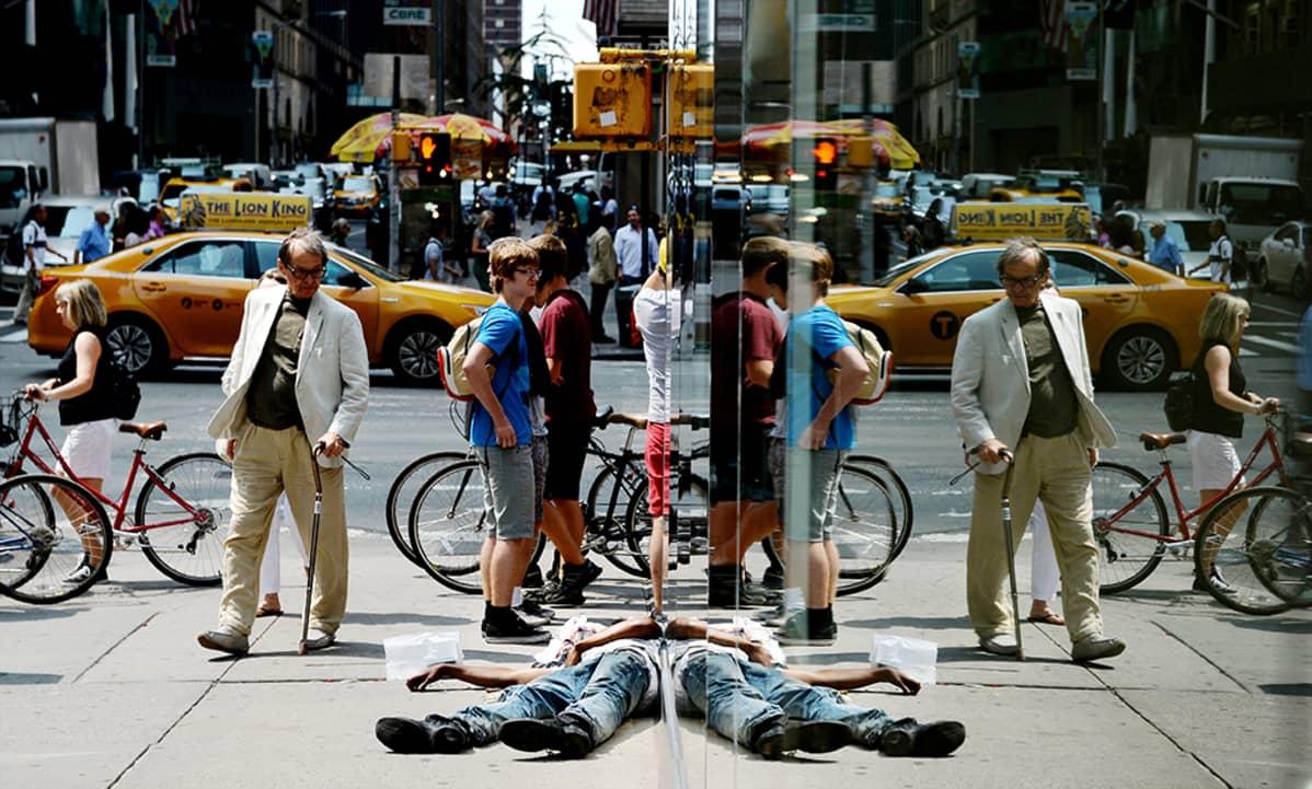 Mies nukkuu New Yorkin kadulla.
