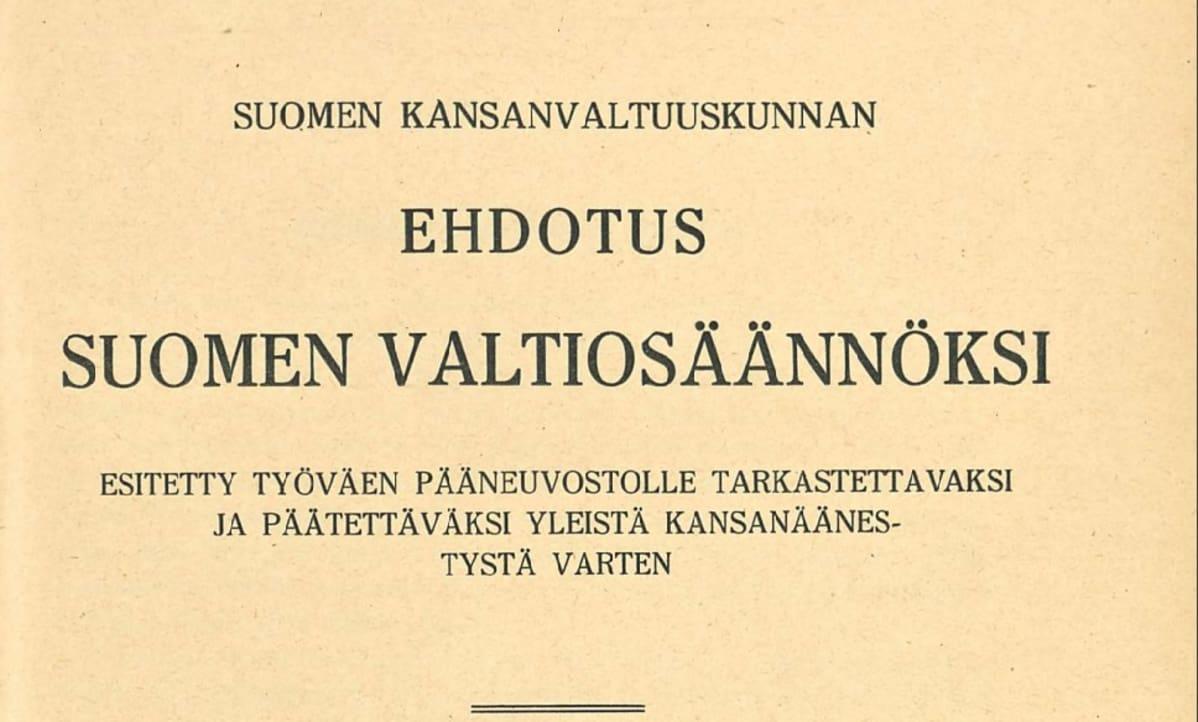 Valtiosääntöehdotuksen kansilehti, jossa lukee: Suomen kansanvaltuuskunnan ehdotus Suomen valtiosäännöksi. Esitetty työväen pääneuvostolle tarkastettavaksi ja päätettäväksi yleistä  kansanäänestystä varten.