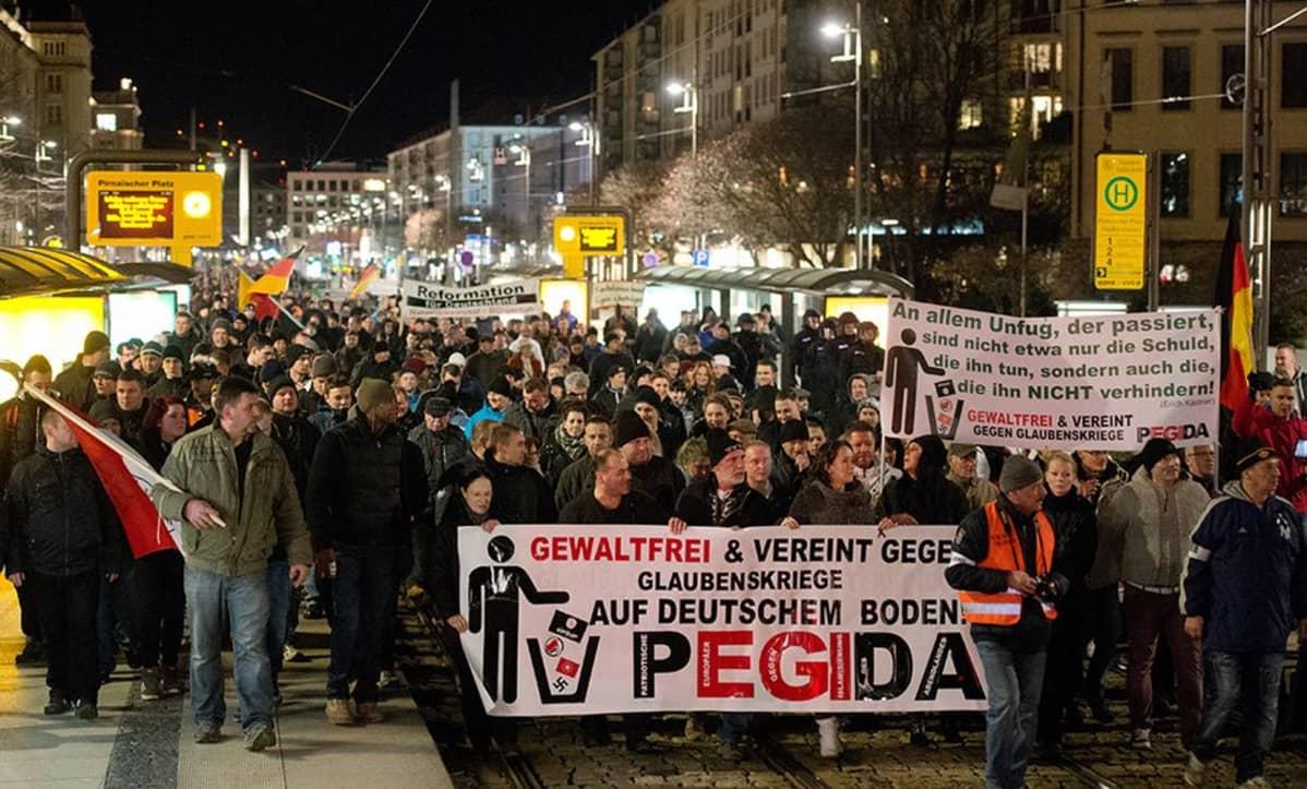 Islamivastainen mielenosoitus Dresdenissä 12. tammikuuta.