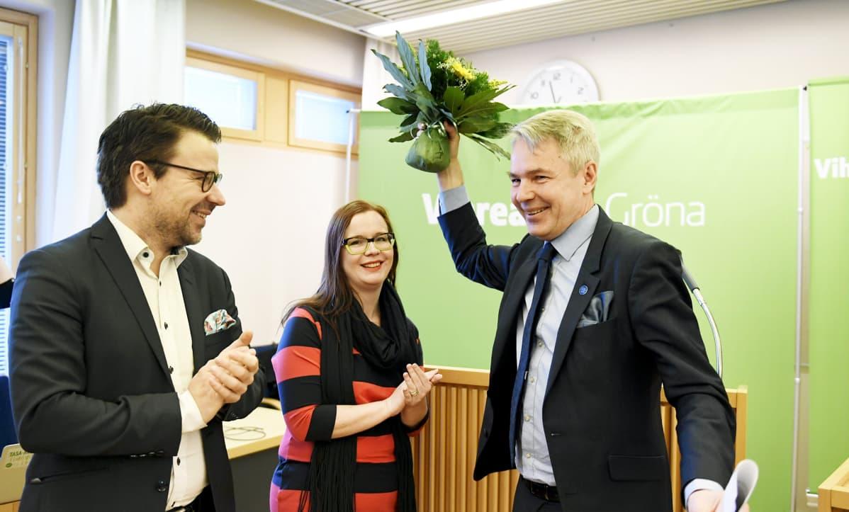 Pekka Haavisto valittiin vihreiden presidenttiehdokkaaksi puoluevaltuuskunnan kokouksessa 12. helmikuuta 2017 Lohjalla. Pekka Haavistoa onnittelivat puheenjohtaja Ville Niinistö ja puoluevaltuuskunnan varapuheenjohtaja Katja Andrejev.