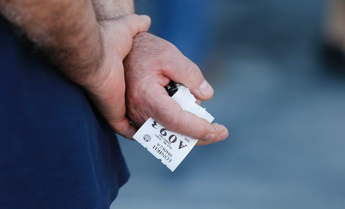 Eläkeläinen jonottaa Kreikan keskuspankin ulkopuolella.