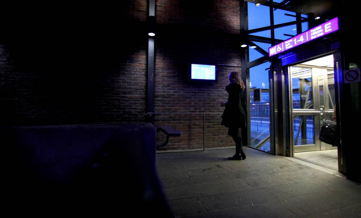 Janita Salmensuo tarkistaa Lahden asematunnelissa, kulkeeko juna aikataulussa.
