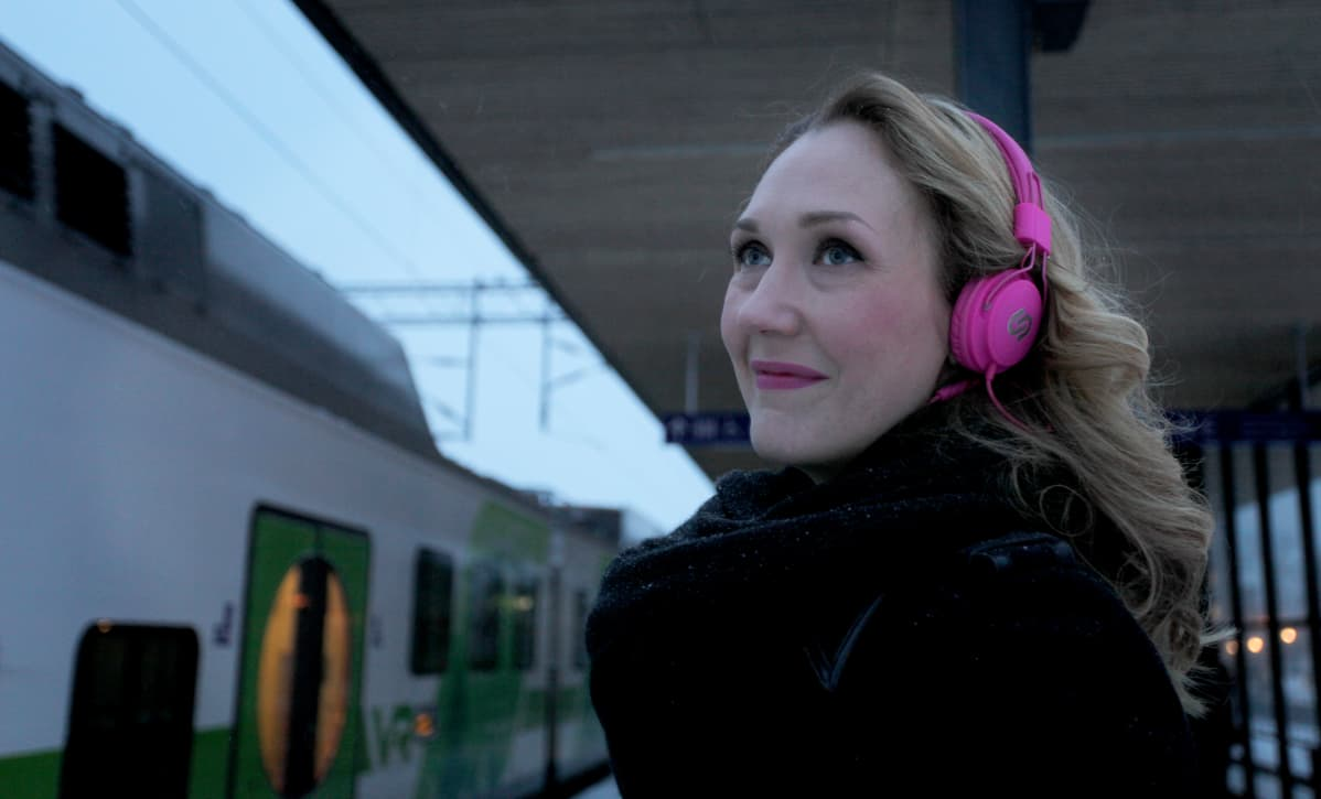 Janita Salmensuo Lahden rautatieasemalla junalaiturilla.