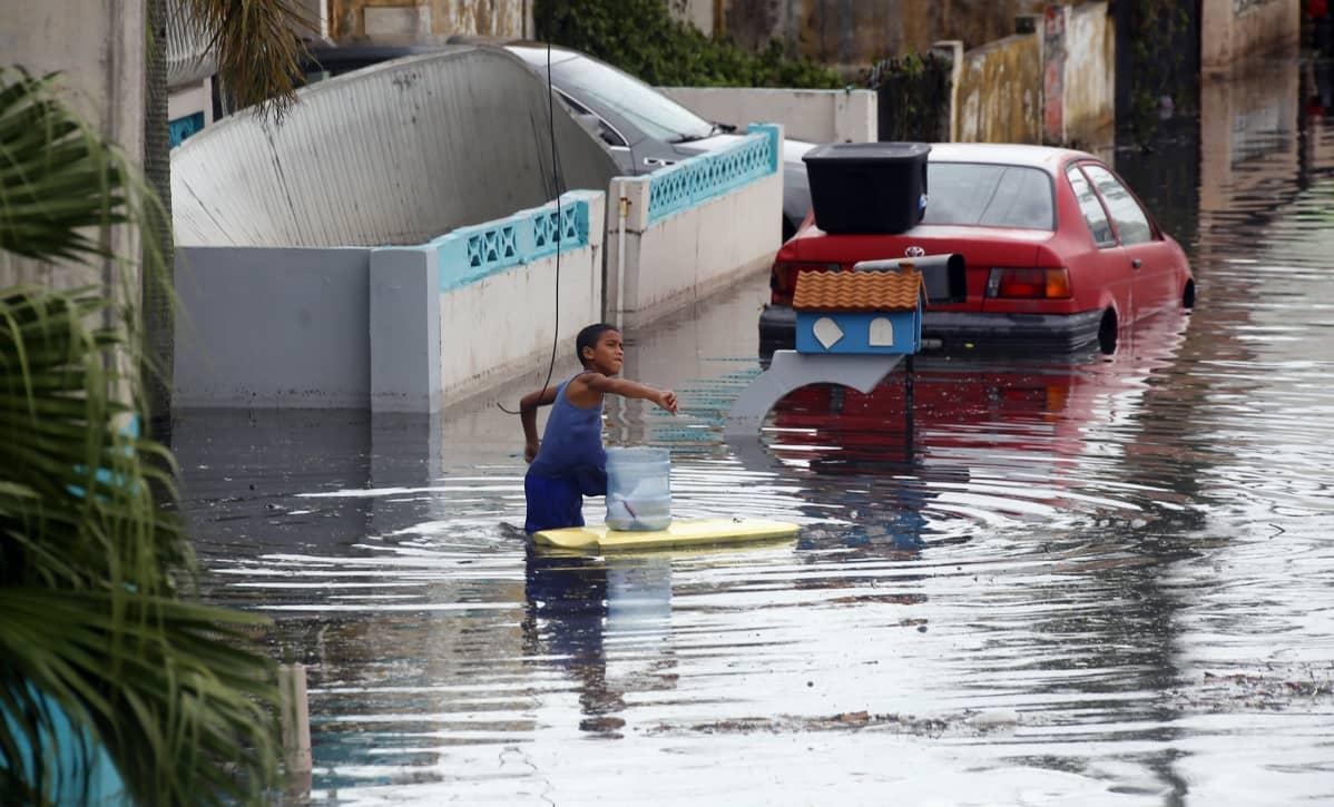 Lapsi leikki hurrikaani Marian aiheuttaman tulvan keskellä Puerto Ricossa 21. syyskuuta.