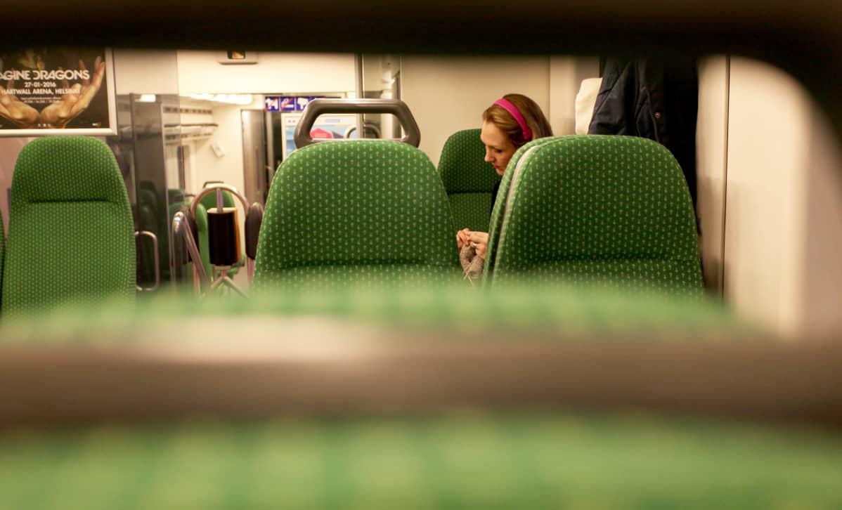 Janita Salmensuo neuloo junassa.