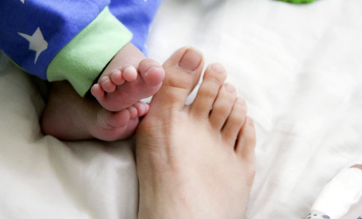 Vanhemman ja vauvan varpaat.