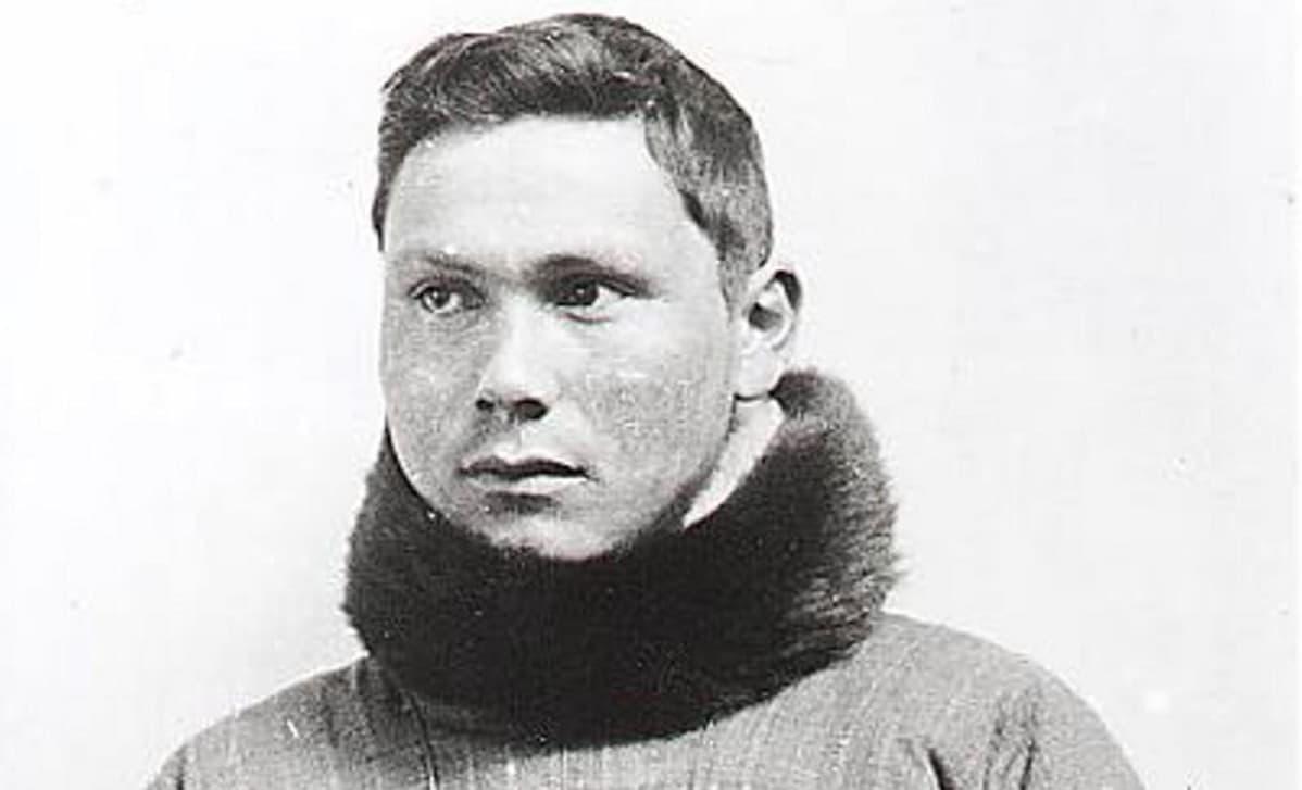 Mustavalkoinen kuva Jørgen Brønlundin karvakauluksisessa puserossa.