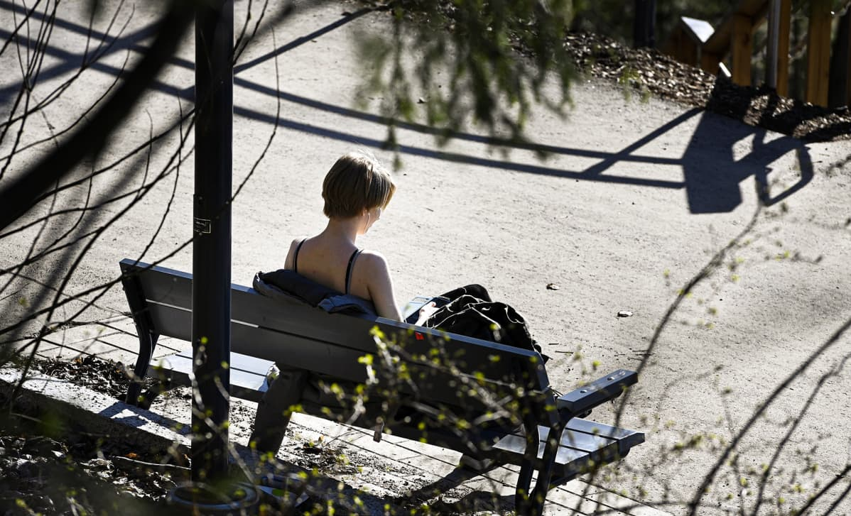 Nuori nainen lämpimässä kevätauringossa Espoon Suvelassa