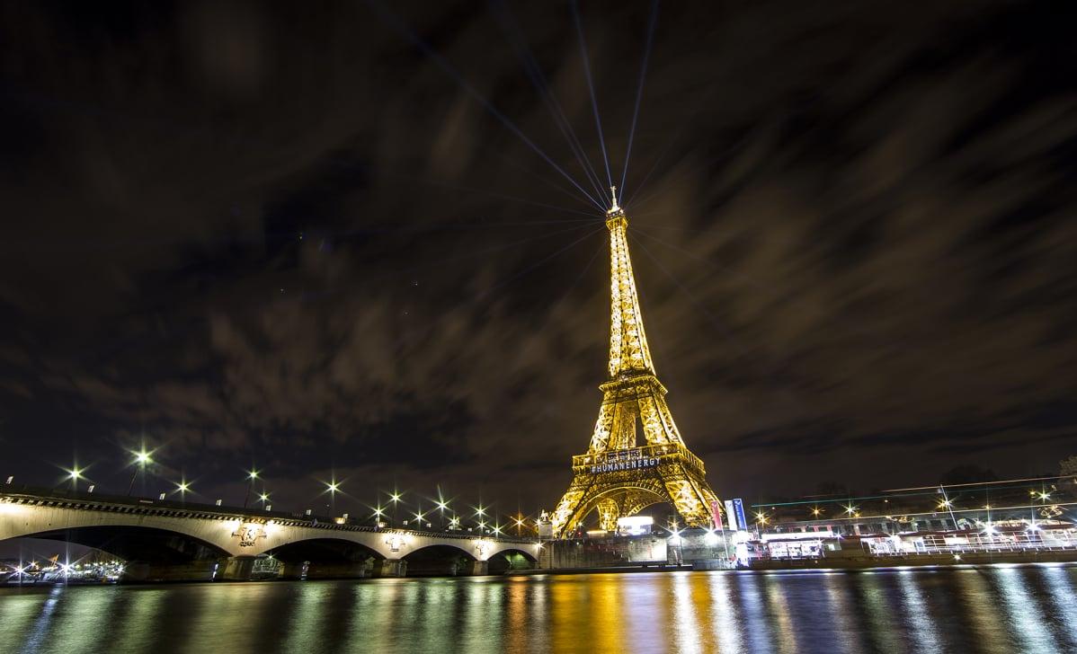 Eifeltorni on on osana valoinstallaatiota ilmastokokouksen aikana 6. joulukuuta.