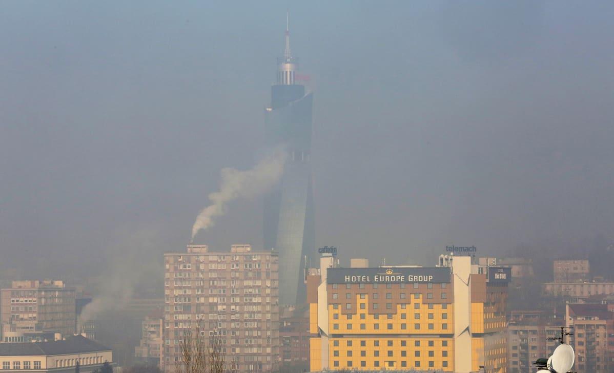 Sarajevon kaupunki peittyneenä paksuun savusumuun.