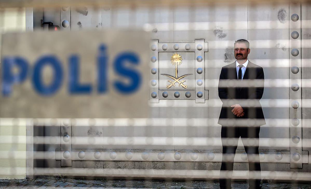 Vartija seisoo Saudi-Arabian konsulaatin portilla.