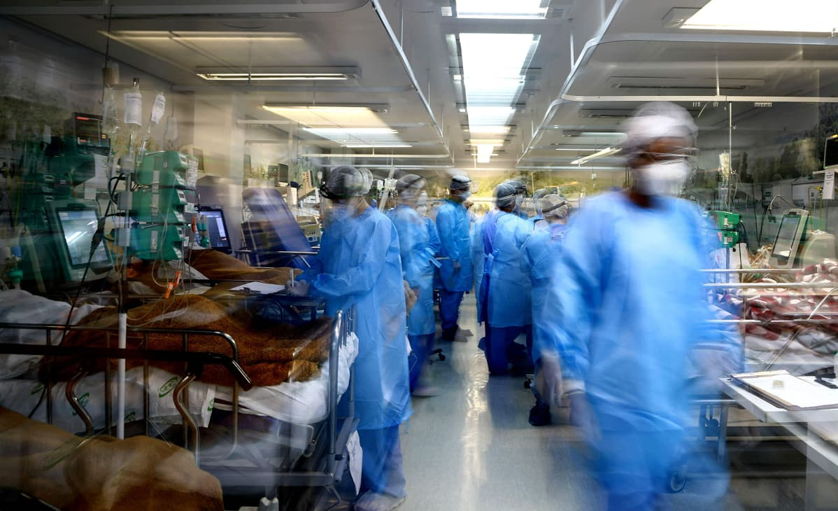 Terveydenhuollon työntekijät hoitavat koronaviruspotilaita päivystysosastolla Porto Alegressa, Brasiliassa 11. maaliskuuta 2021.