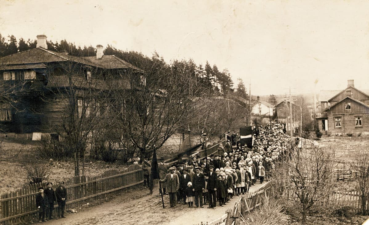 Högforsin työntekijöitä vappumarssilla Karkkilan keskustassa 1917
