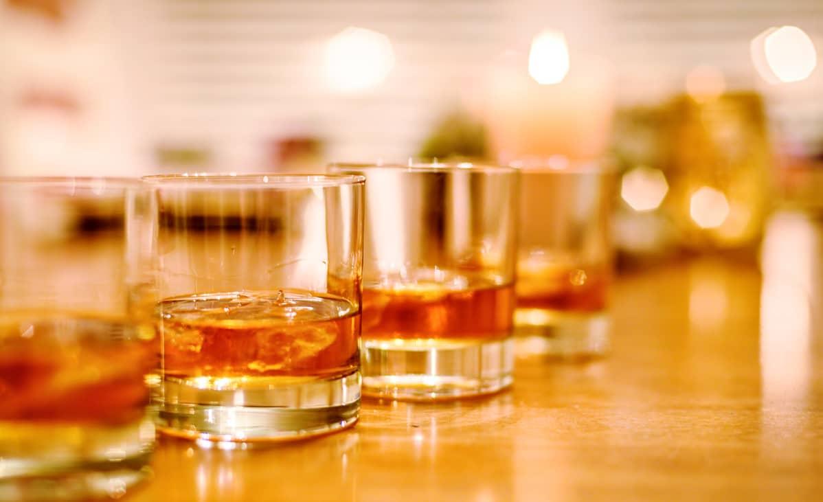 Bourbon viskiä lasissa.