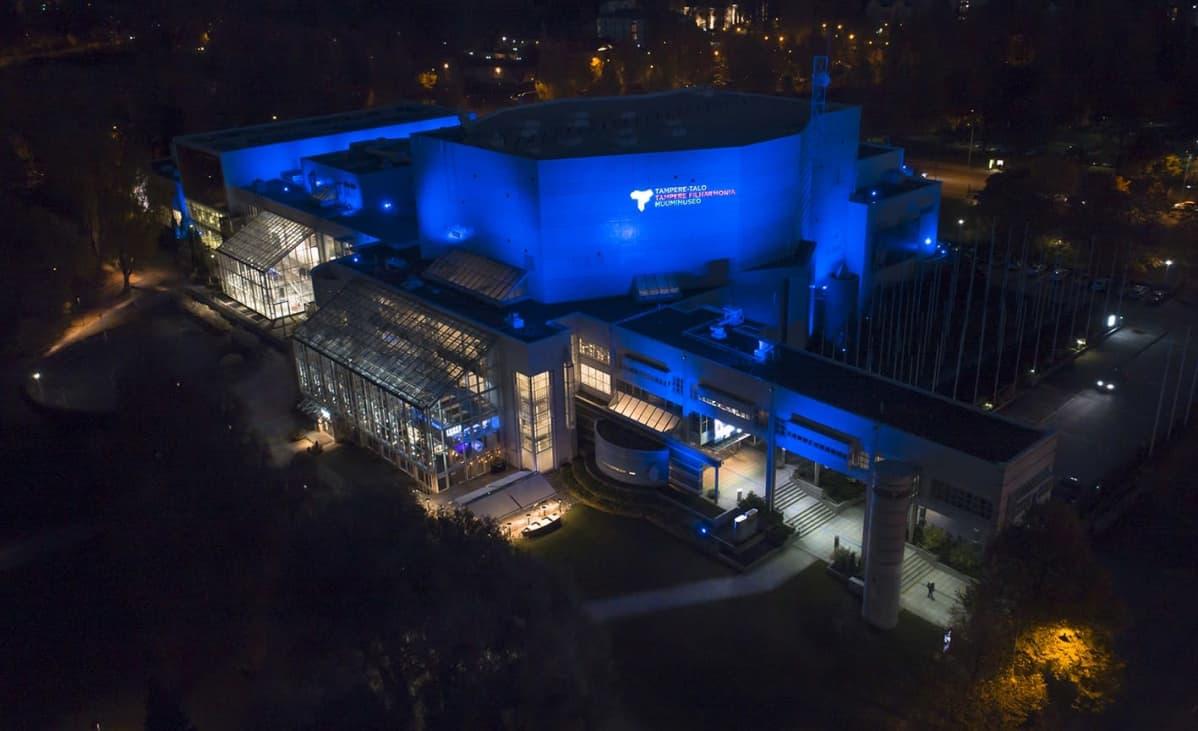tampere-talo valaistuna siniseksi