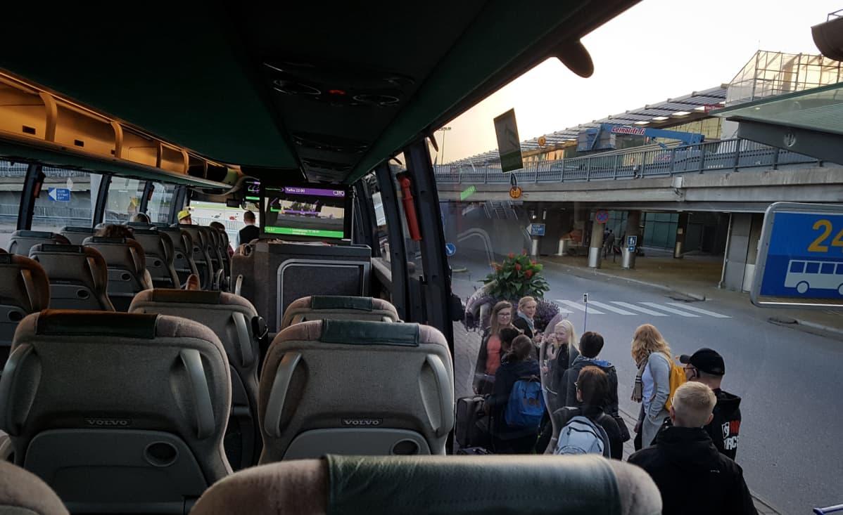 Pikavuoroliikenteen bussi Helsinki-Vantaalla