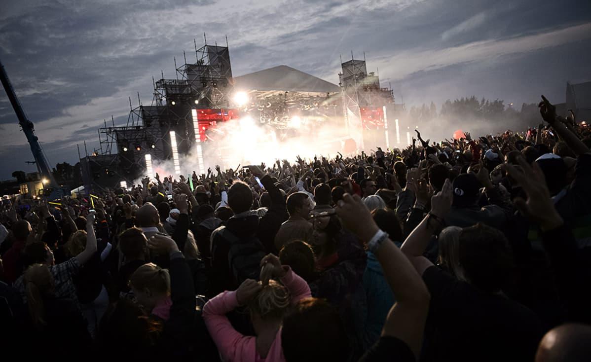 Yleisöä David Guettan keikalla Weekend-festivaaleilla Helsingin Kyläsaaressa lauantaina 17. elokuuta 2013.