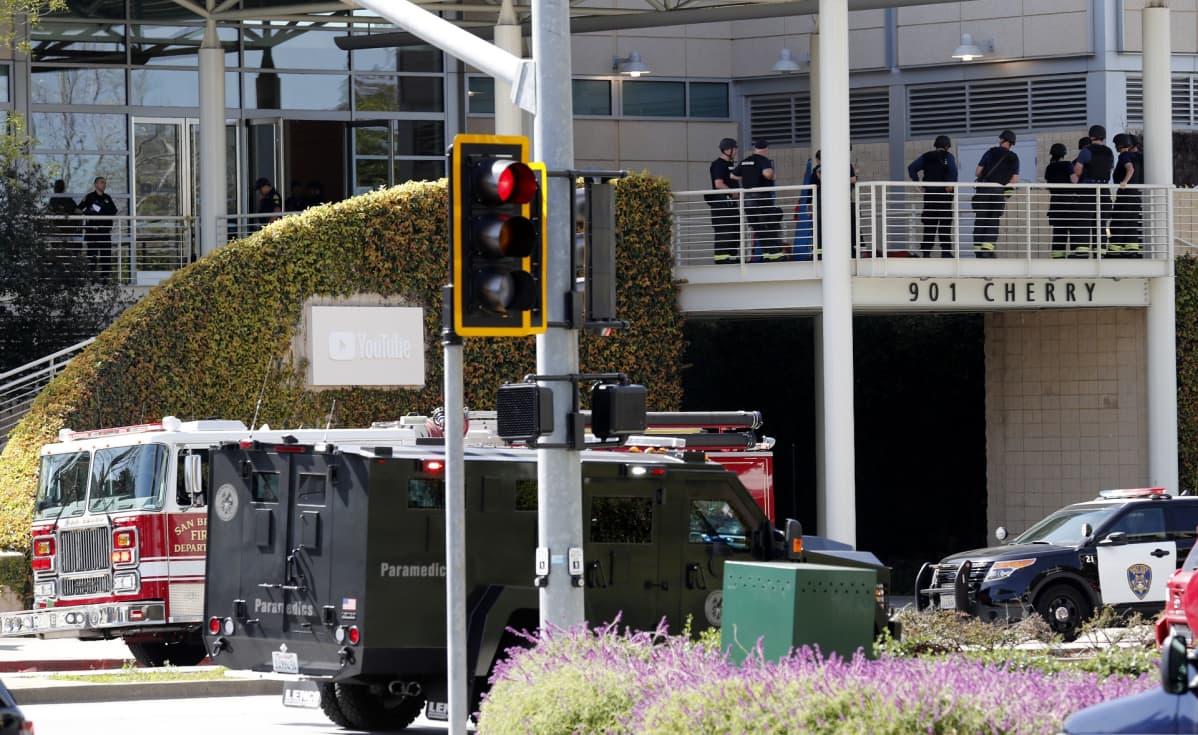 Pelastushenkilöstöä YouTuben pääkonttorin parvekkeella San Brunossa, Kaliforniassa.