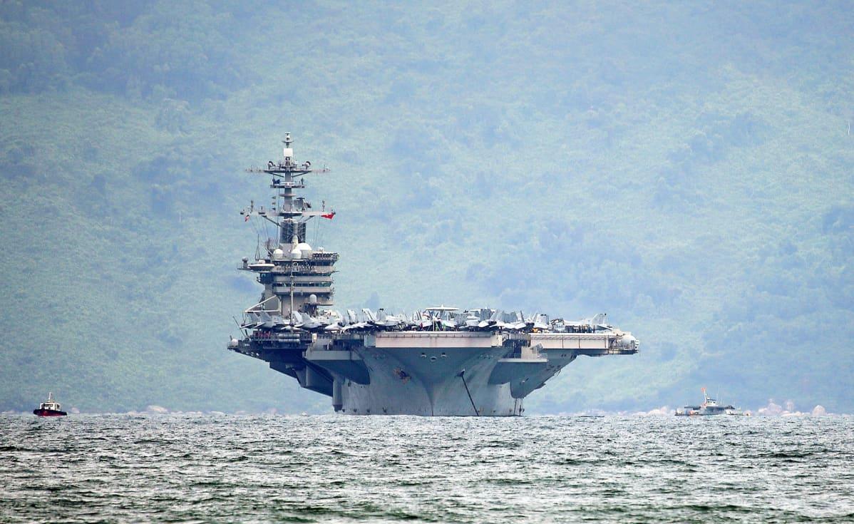 Yhdysvaltain lentotukialus USS Theodore Roosevelt kuvattuna Da Nangin edustalla Vietnamissa maaliskuussa 2020.